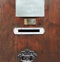 Porta de la Societat Arqueològica Lul·liana. Palma. IRU, SL.