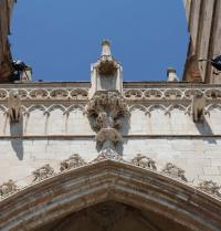 Skulptur des lullistischen Baumes der Wissenschaft  im oberen Teil des Tores des Aussichtspunktes (1389-1401). Kathedrale von Palma. IRU, S.L.