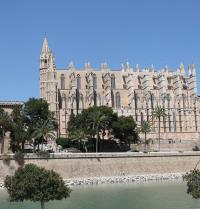 Gothic cathedral and renaissance walls. Palma. IRU, SL.